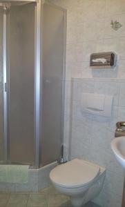 Ein Badezimmer in der Unterkunft Pension Kapellenstein