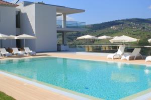 A piscina em ou perto de Delfim Douro Hotel