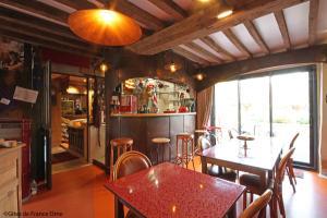 The lounge or bar area at La Cage aux Oiseaux