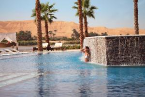 The swimming pool at or close to Hilton Luxor Resort & Spa
