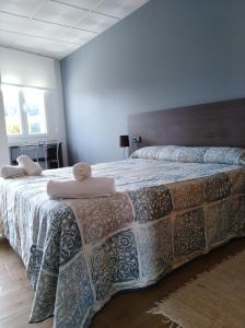 A bed or beds in a room at O Cruceiro