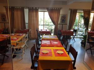 A restaurant or other place to eat at Hotel La Cle Du Sud