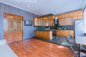 Кухня или мини-кухня в Apartment on Efimova 1- 4