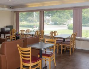 A restaurant or other place to eat at Americas Best Value Inn at Central Valley