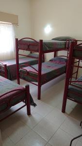 A bunk bed or bunk beds in a room at Departamentos céntricos con parrilla