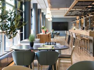 A restaurant or other place to eat at Novotel München City