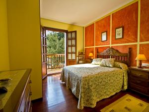 A bed or beds in a room at Hostería Miguel Angel
