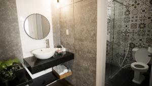 A bathroom at Cuu Kim Son Hotel