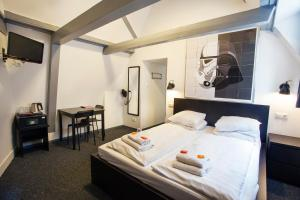 A bed or beds in a room at St Christophers Inn at The Winston
