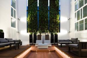 Een zitgedeelte bij Pestana Porto - A Brasileira, City Center & Heritage Building