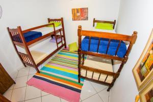 Uma ou mais camas em beliche em um quarto em Pousada Mãe Natureza Ilha Grande