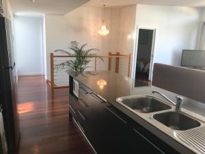 A kitchen or kitchenette at Beachside Apartments Bonbeach