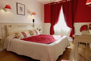 A bed or beds in a room at Hôtel Chopin