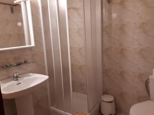A bathroom at Hostal Residencia Cardona