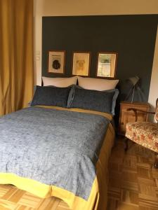 A bed or beds in a room at Charmant Wohnen