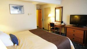 A bed or beds in a room at Travelodge by Wyndham Niagara Falls At the Falls