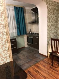 Кухня или мини-кухня в Апартаменты на Доватора