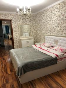 Кровать или кровати в номере Апартаменты на Доватора