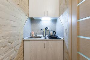 Кухня или мини-кухня в Guests Love on Chehova