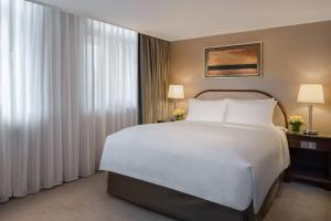 A bed or beds in a room at Marco Polo Hongkong Hotel