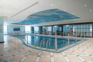 المسبح في Amjad Royal Suites Hotel Jeddah أو بالجوار