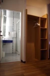 Ein Badezimmer in der Unterkunft ibis Luzern Kriens