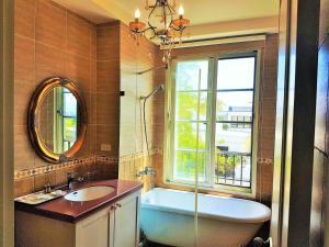 A bathroom at Haut Rhin Villa