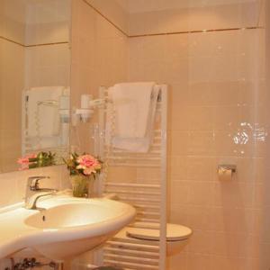 A bathroom at Pertschy Palais Hotel