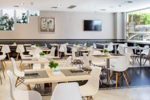 A restaurant or other place to eat at Catalonia Hispalis