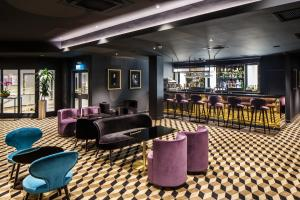 The lounge or bar area at Mercure Edinburgh City - Princes Street Hotel