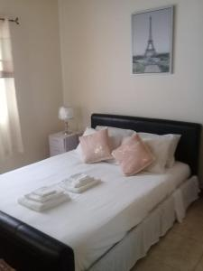 A bed or beds in a room at Comfort Living