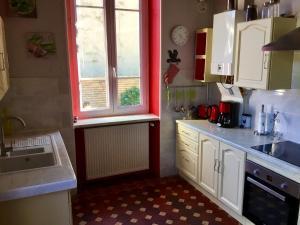 A kitchen or kitchenette at Gîte chez Madeleine