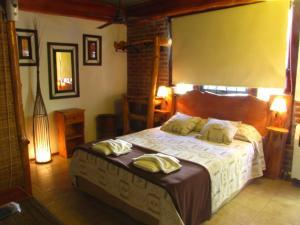 Una cama o camas en una habitación de Loma Escondida Apart Cabañas & Spa