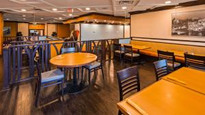 A restaurant or other place to eat at Best Western Premier Toronto Airport Carlingview Hotel