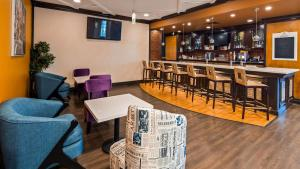 The lounge or bar area at Best Western Premier Toronto Airport Carlingview Hotel