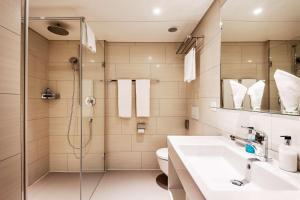 A bathroom at Hotel Wartmann am Bahnhof
