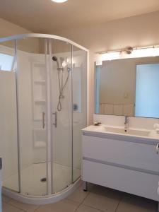 A bathroom at Delago Motel/Apartments