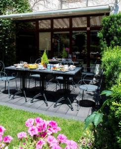 Un restaurante o sitio para comer en Parkside Apartments Old Town