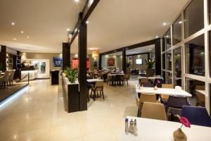 A restaurant or other place to eat at Centro Hotel Ayun