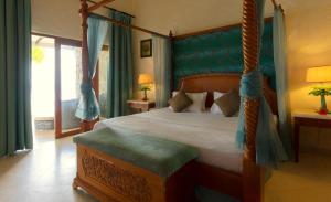 Ein Bett oder Betten in einem Zimmer der Unterkunft Sunset Beach Hotel