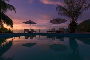 Der Swimmingpool an oder in der Nähe von Sunset Beach Hotel