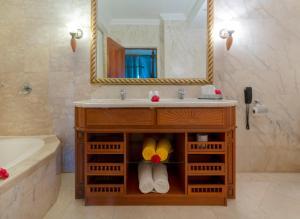 Ein Badezimmer in der Unterkunft Sunset Beach Hotel