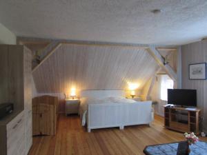 Ein Bett oder Betten in einem Zimmer der Unterkunft FeWo mit Boot, Zimmermann