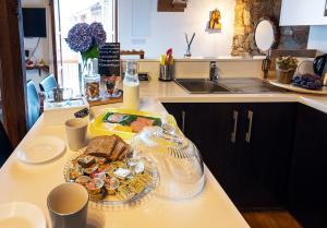 A kitchen or kitchenette at To Apokentro