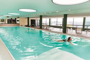 The swimming pool at or near Steigenberger Airport Hotel Frankfurt