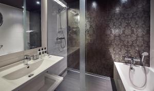 Een badkamer bij WestCord Fashion Hotel Amsterdam