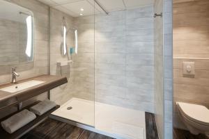 A bathroom at Hôtel Turenne