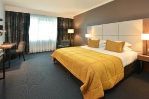 Een bed of bedden in een kamer bij Martin's Château Du Lac