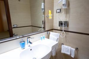 A bathroom at Cervara Park Hotel