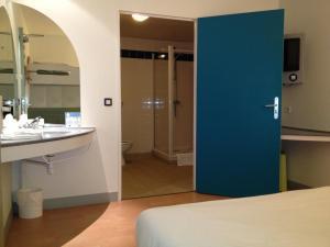 A bathroom at ibis Budget Caen Centre Gare